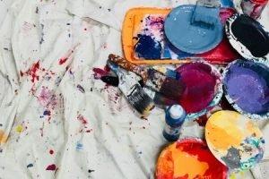 Pojemniki z farbami do malowania ścian